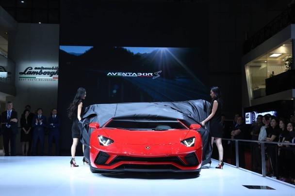 Lamborghini Aventador S front view