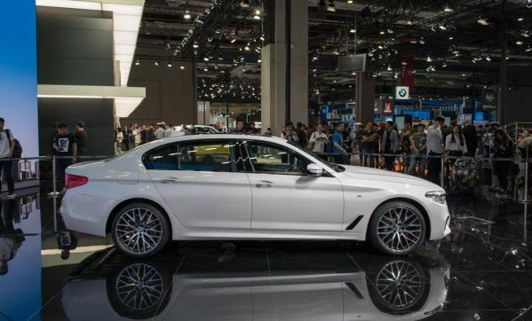 BMW 5-Series Li side view