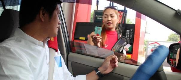A motorist showing Caltex Visa payWave to Caltex officer