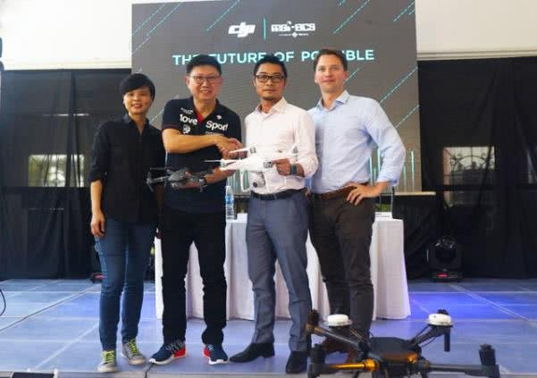 MSI-ECS representatives shaking hands with DJI representatives