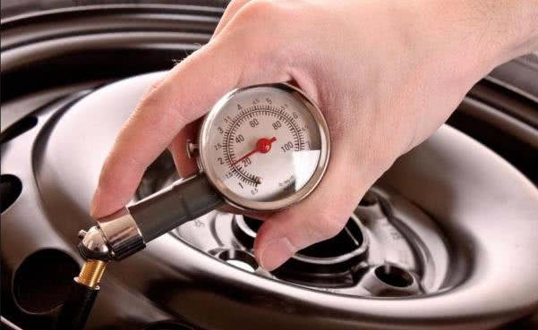 checking tire with Portable tire pressure gauge