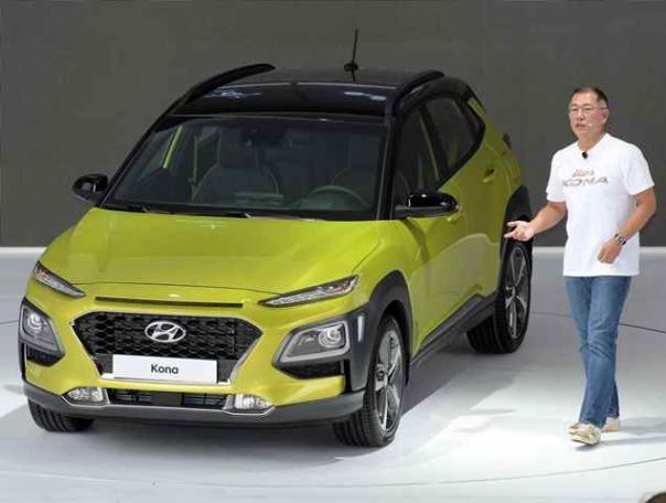 Hyundai Motor Vice Chairman Chung Eui-sun standing besite a Hyundai Kona