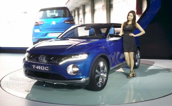 A promotion girl standing next to a VW T-Roc at the GIMS 2014