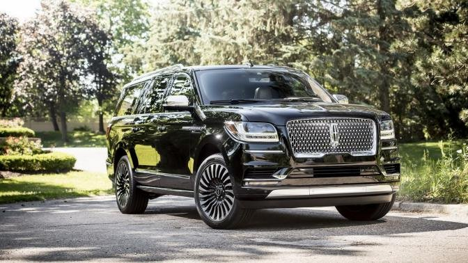 angular front of the 2018 Lincoln Navigator L