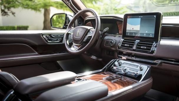 the cabin of the 2018 Lincoln Navigator L