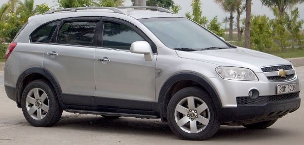 A silver Chevrolet Captiva side view
