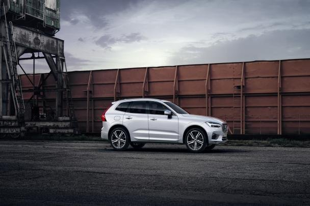Side view of the Volvo XC60 T8 Polestar