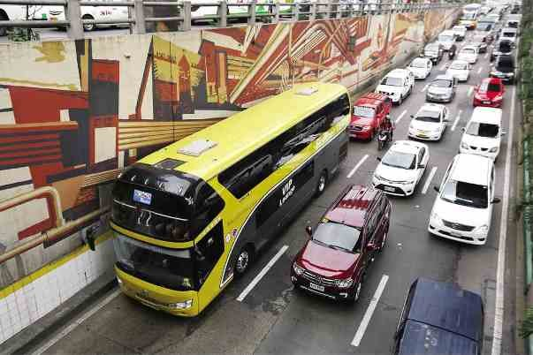 A P2P bus and many cars on the road