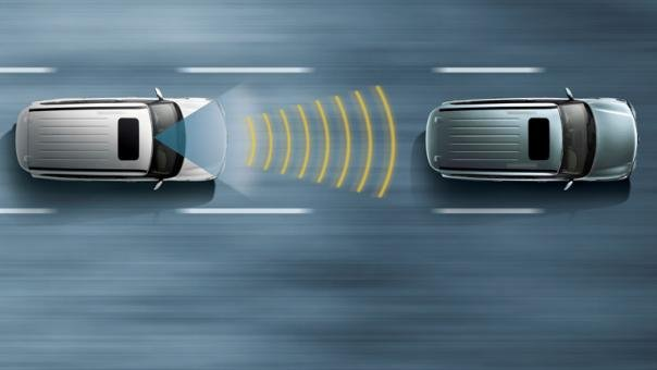 illustration of how forward collision warning works between two cars
