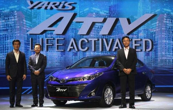 Toyota officers and the 2018 Toyota Yaris Ativ