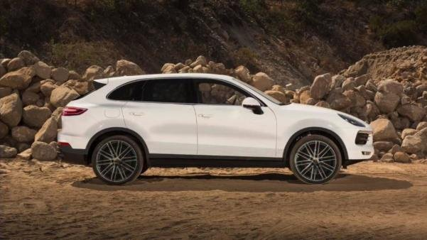 Side view of the rendered 2018 Porsche Cayenne