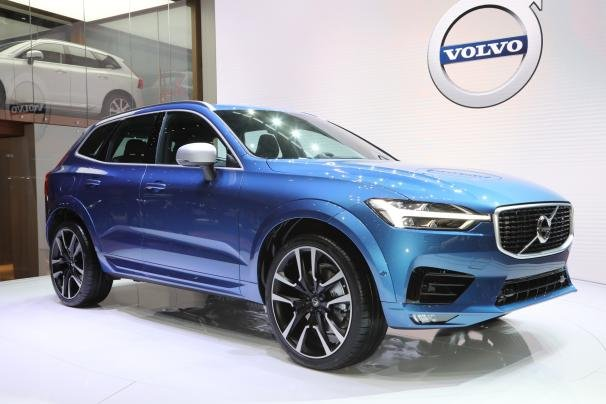 Angular front of a blue Volvo XC60 2018