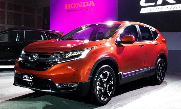 A red Honda CR-V 2018 on display