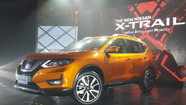 An orange Nissan X-Trail 2018 on display