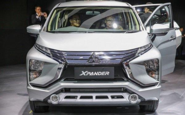 White Mitsubishi Expander 2018 front view