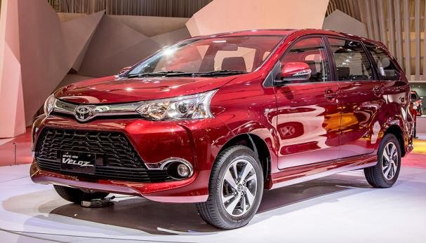 Angular front of a red Toyota Avanza Veloz 2018