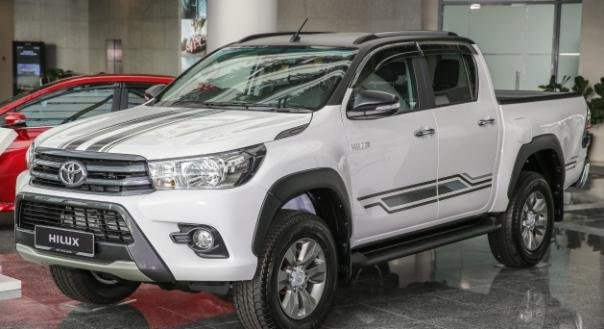 facelifted Toyota Hilux 2017 angular front