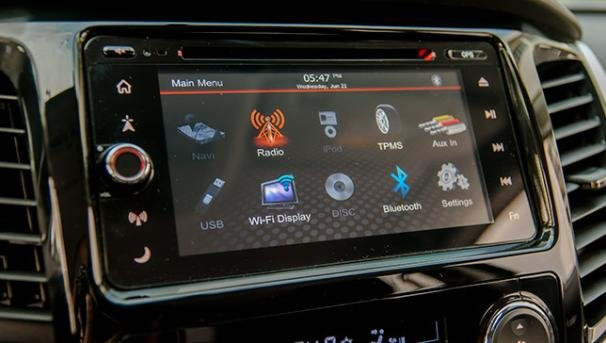 6.75-inch capacitive discharge touchscreen of the Mitsubishi Montero 2018