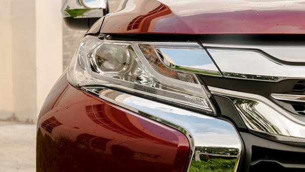 LED headlights of the Mitsubishi Montero Sport 2018