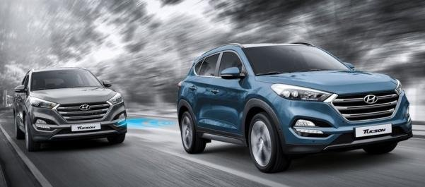 2 Hyundai Tucson on the road