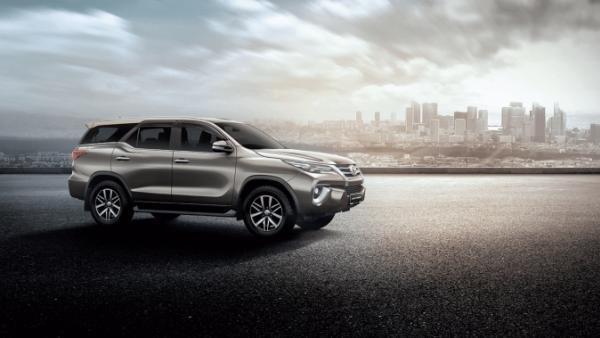 Toyota Fortuner side view