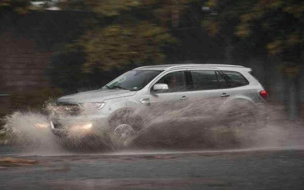 A Ford Everest 2018 crossing water