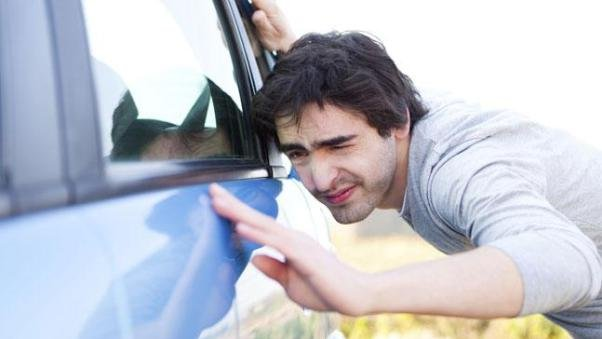 A men checking a car