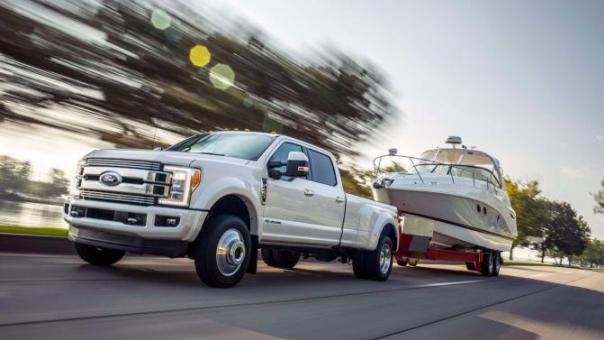 Ford F-Series Super Duty 2018 towing another car on the road