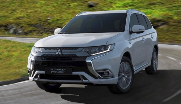 Mitsubishi Outlander PHEV 2019 facelift on the road