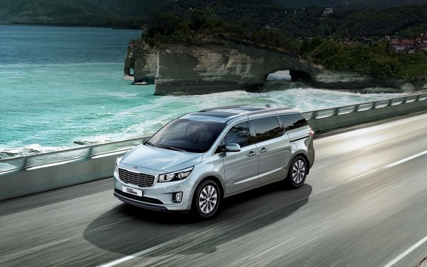 Kia Carnival 2018 on the road