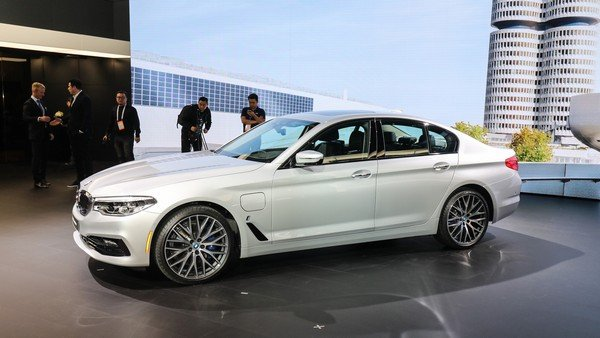 BMW 530e iPerformance 2018 side view