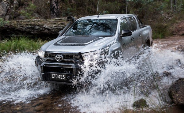Toyota Hilux Rugged X 2018 crossing water