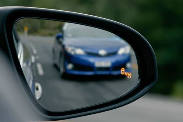A photo showing how Blind Spot Warning works