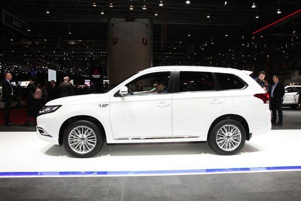 facelifted Mitsubishi Outlander PHEV