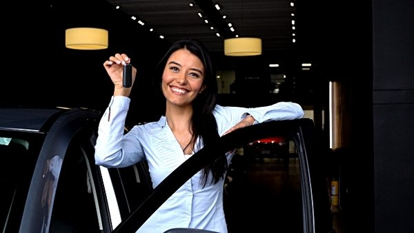 women buying cars