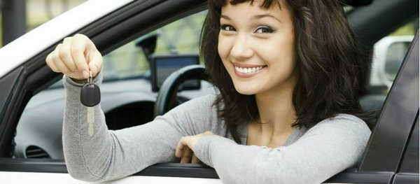 women buying car