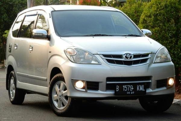 Angular front of the 1st gen Toyota Avanza