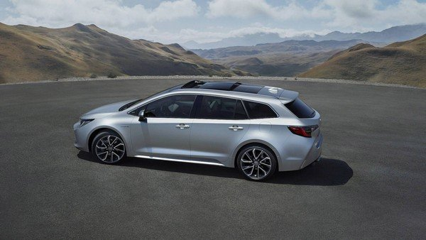 Toyota Corolla Touring Sports 2019 on the road