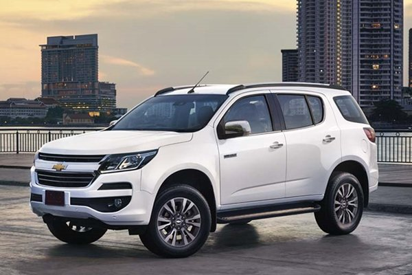 white chevrolet trailblazer angular front