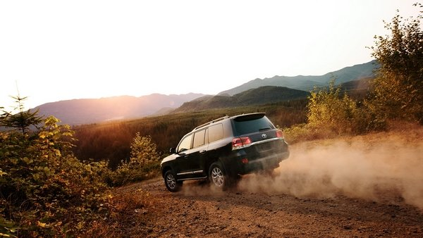 land cruiser 2019 on the road