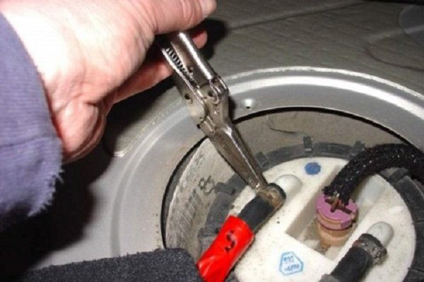 reduce pressure in the fuel tank by opening the lid