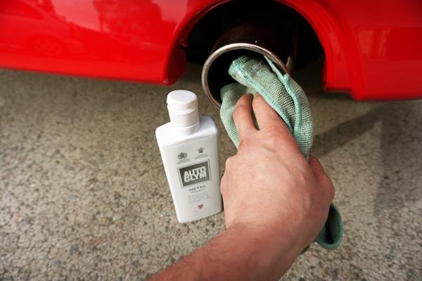Cleaning a car exhaust pipe