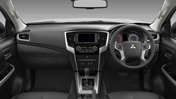 Mitsubishi strada interior