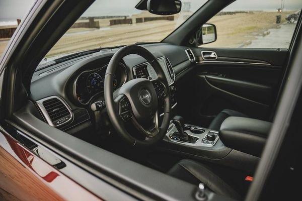 2019 Jeep Grand Cherokee dashboar area