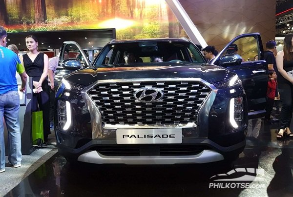 A shot of the Hyundai Palisade from the front highlighting its grille, slit thin headlights and large foglights