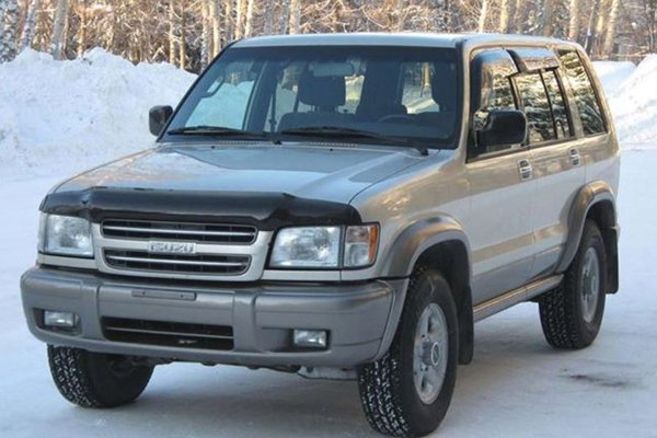A picture of an Isuzu Trooper in the snow