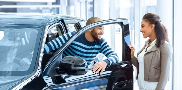 2 people are buying car