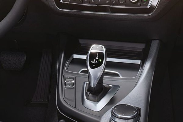 2020 BMW 118i M Sport's automatic shifter