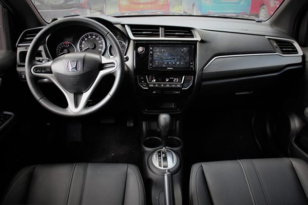 A picture of the Honda BR-V's steering wheel, center console, and dashboard