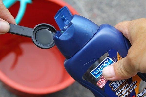 Mixing 2 teaspoon of shampoo